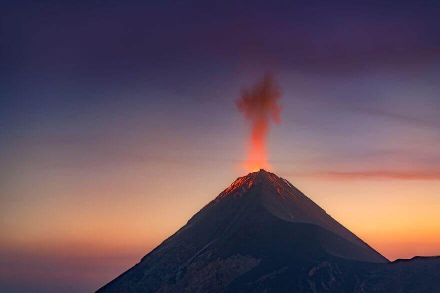 Как извергается вулкан